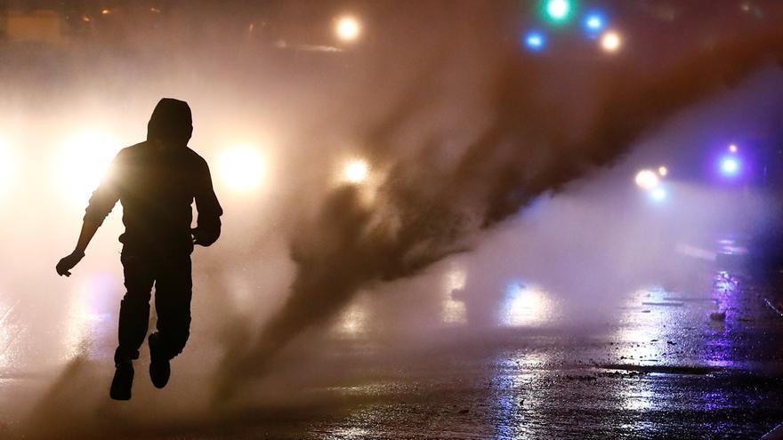La Policía dispersa con cañones de agua a los manifestantes en Irlanda del Norte