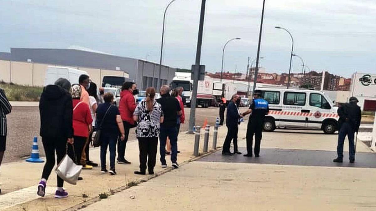 Gente haciendo cola antes de que se iniciara la vacunación, a las puertas del Centro de Negocios.   E. P.