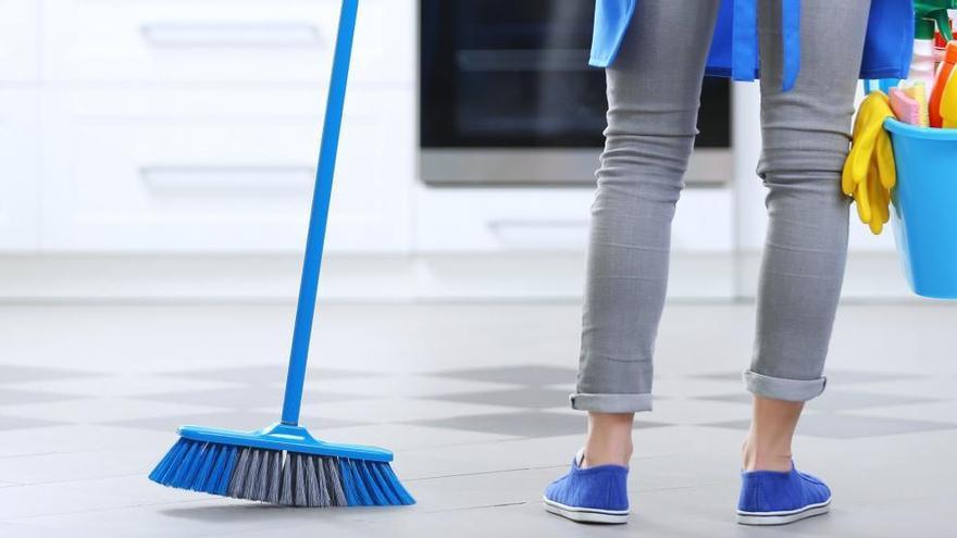 El truco infalible que debes conocer para que tu escoba deje el suelo como nuevo