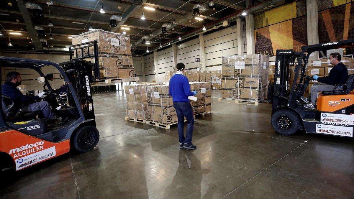 Un operario traslada la mercancía de uno de los aviones fletados por la Generalitat.