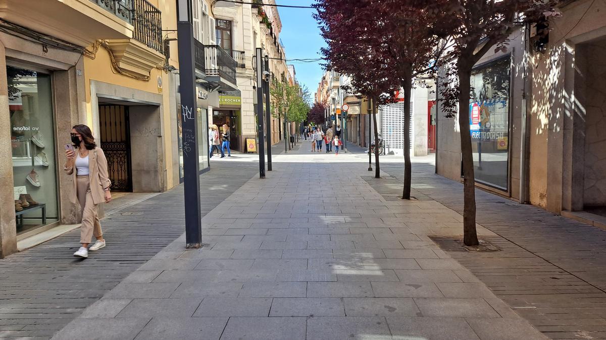 La calle Menacho, semivacía y con la mayoría de las tiendas cerradas, ayer