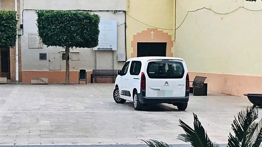 Los coches municipales de Alginet aparcan en las aceras