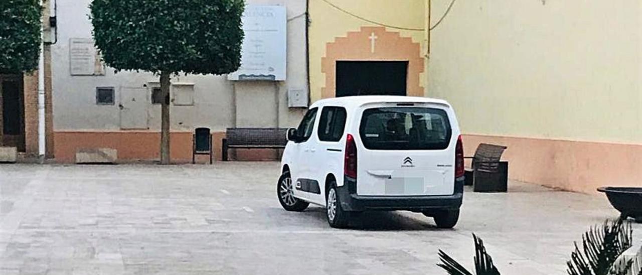 Vehículo municipal aparcado en una plaza. | LEVANTE-EMV