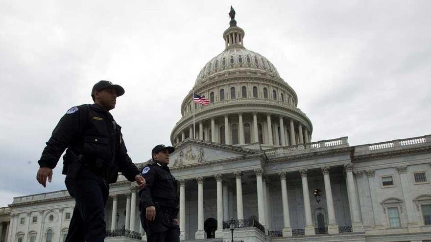 Autoridades patrullan los alrededores del Capitolio de los Estados Unidos en Washington.
