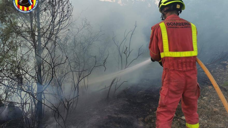 Estabilizan el incendio de Losa del Obispo que obligó a desalojar a 20 niños de un campamento