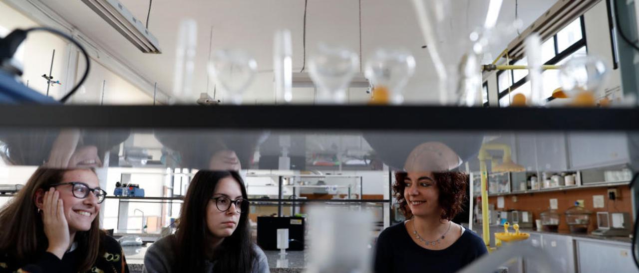 Raquel Gómez, Yaiza Diéguez e Inés Cernuda, en el laboratorio de química del CIFP de Avilés.
