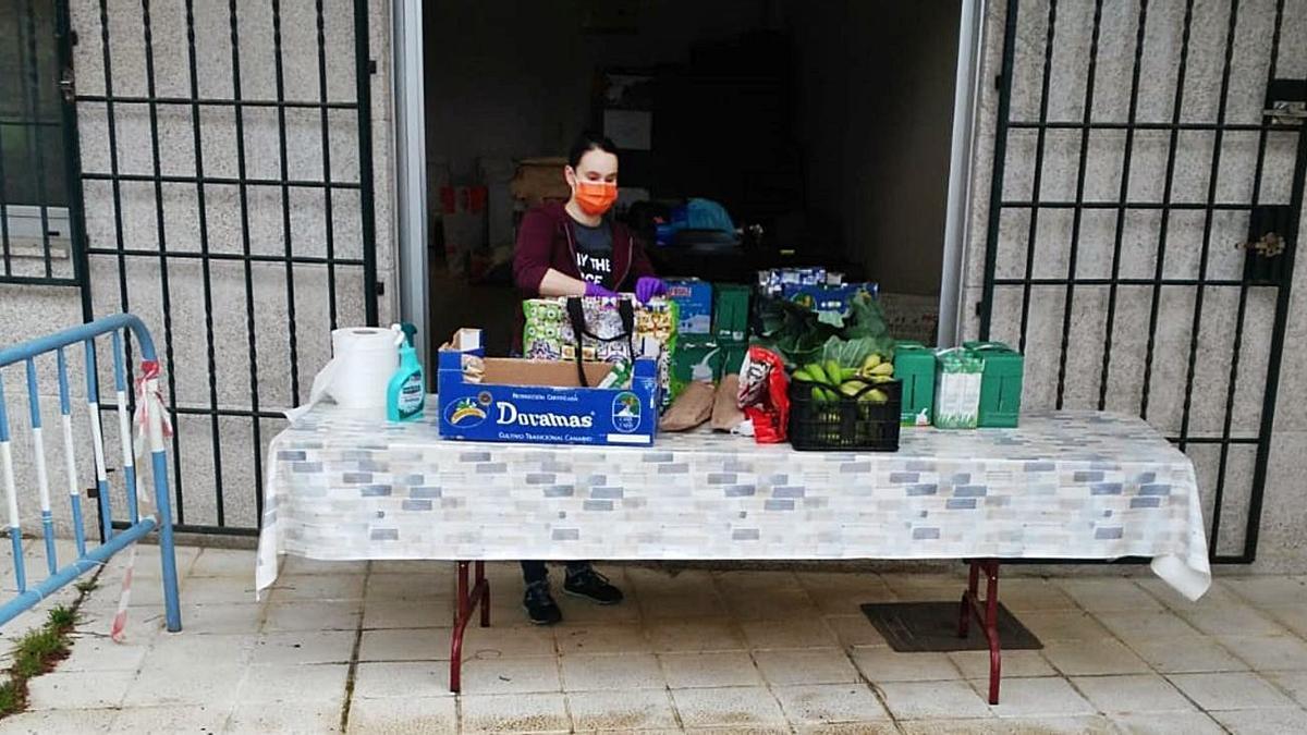Entrega de alimentos por parte de SOS Tomiño a una de las familias beneficiarias. |   // FDV