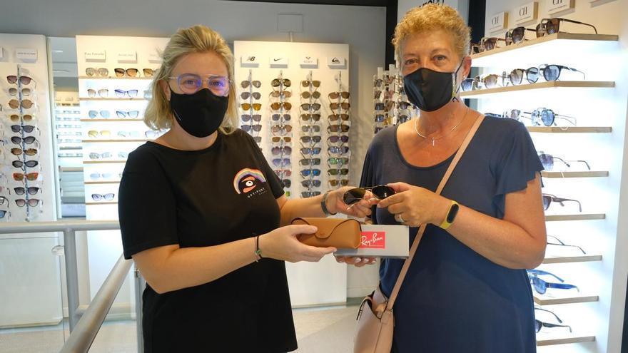 Olga Surrell guanya les ulleres Ray-Ban al concurs d'Optipunt