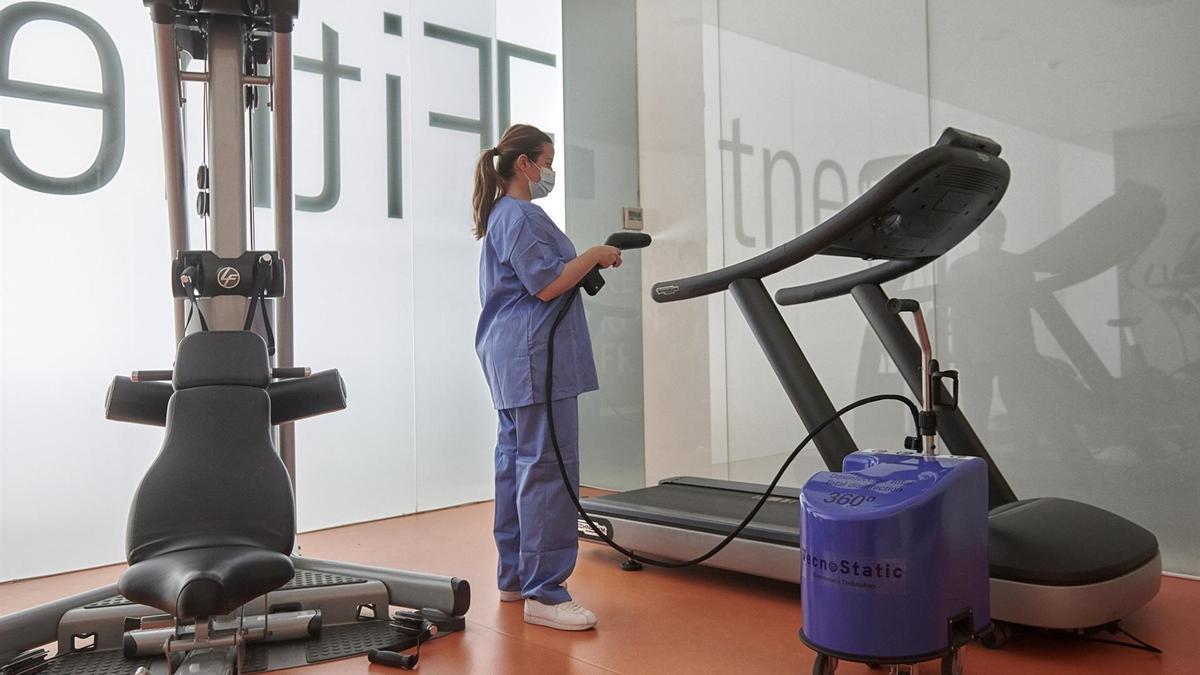 Desinfección con este equipo de unas máquinas de gimnasio.
