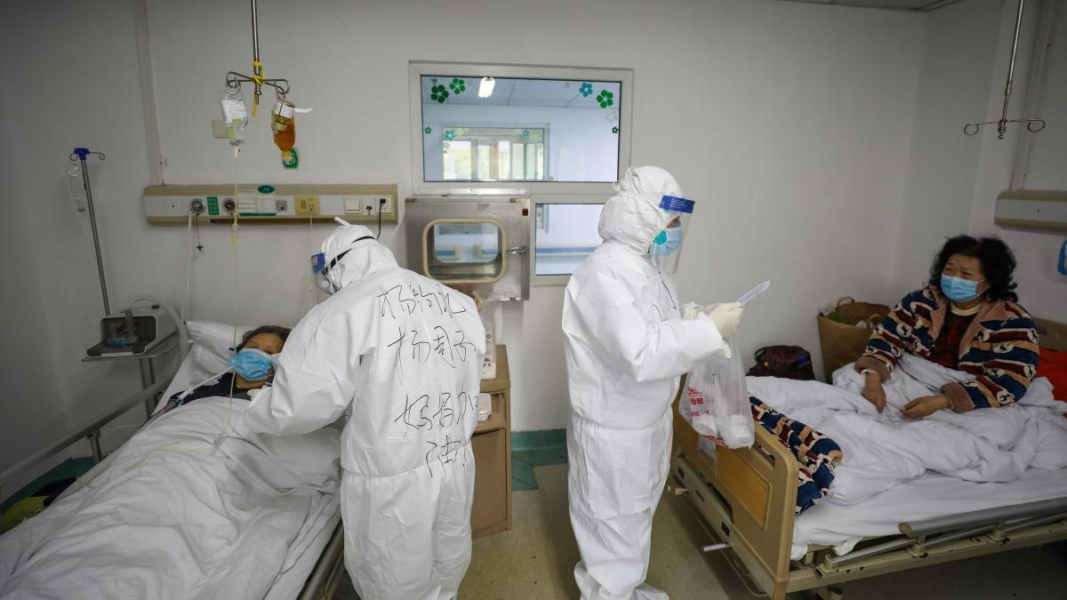 Médicos y pacientes de coronavirus en un hospital de Wuhan en una imagen de archivo.