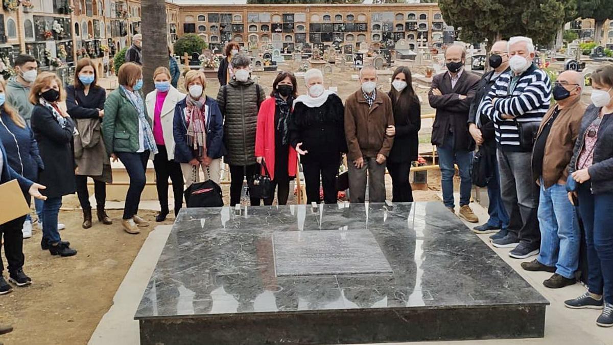 Familiares de los represaliados de Bellreguard, con las autoridades locales, el lunes en la fosa de Paterna que se va a abrir.                                      | LEVANTE-EMV