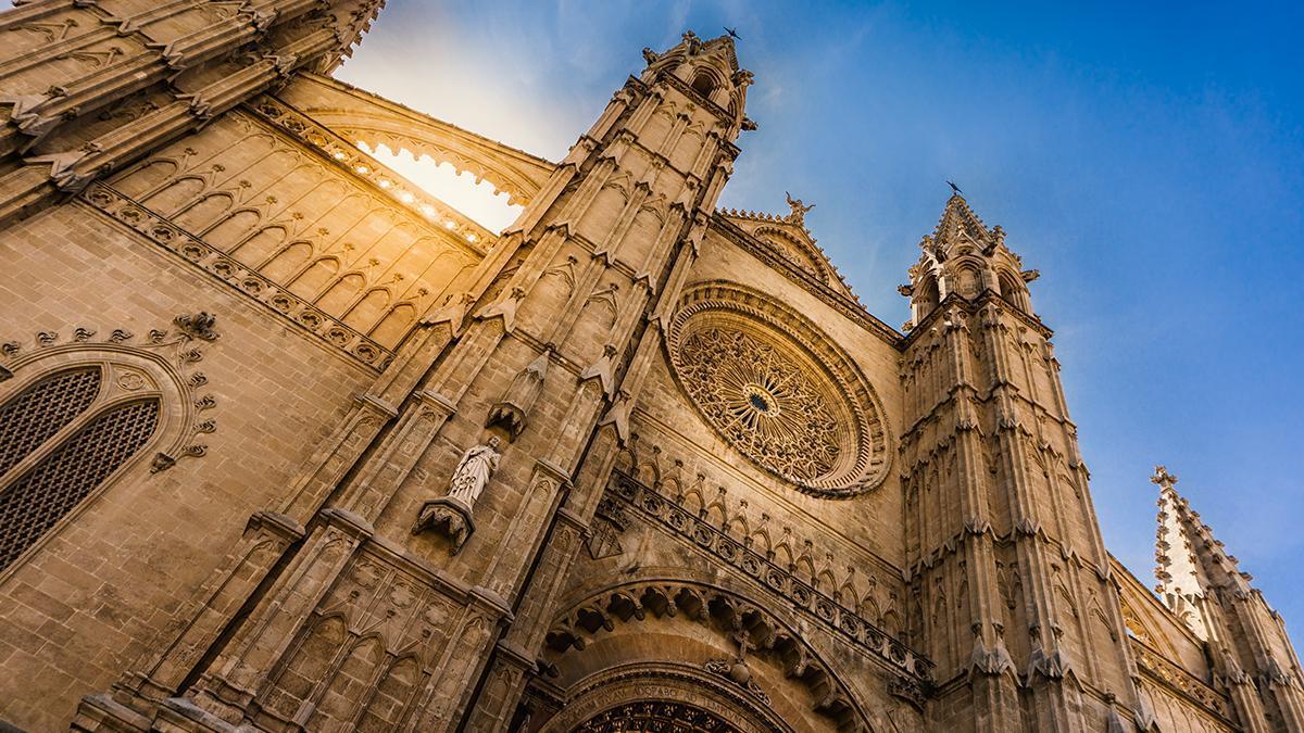 La Seu aporta al esplendor de la liturgia católica el marco de su excepcional encanto.