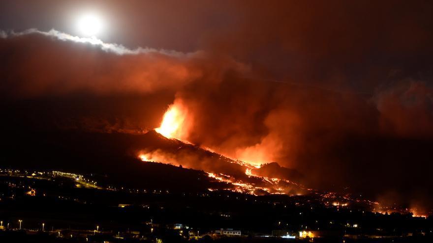 El volcán de Cumbre Vieja tiene 9 bocas eruptivas y preocupa el contacto de la lava con el mar