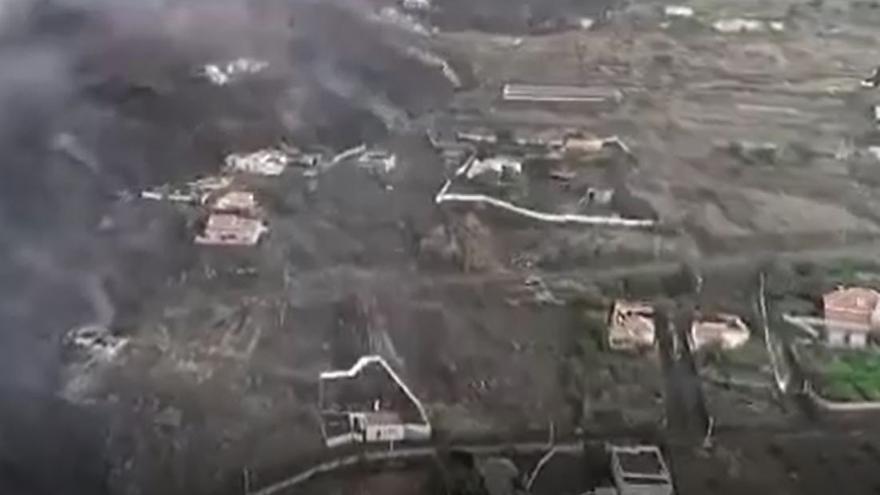 Vuelo de dron de la Guardia Civil sobre la zona de Todoque afectada por la lava del volcán de La Palma este mediodía
