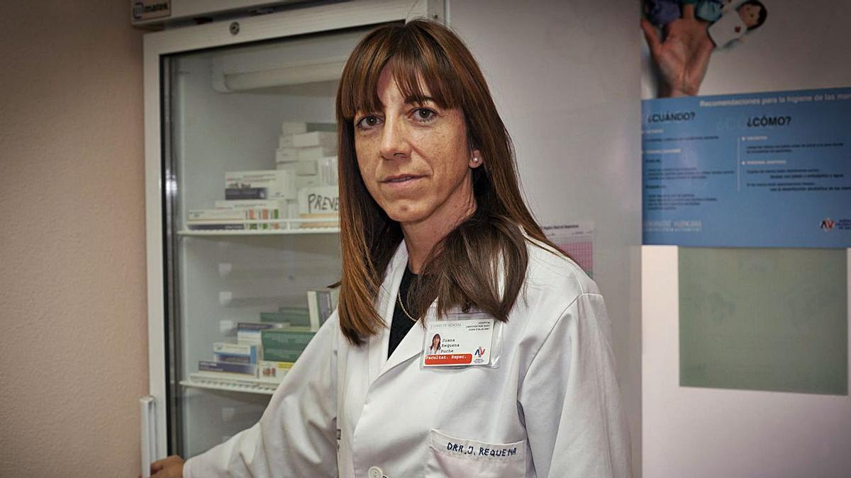 La experta en vacunas Juana Requena realiza la entrevista desde su centro hospitalario.   ISABEL RAMÓN