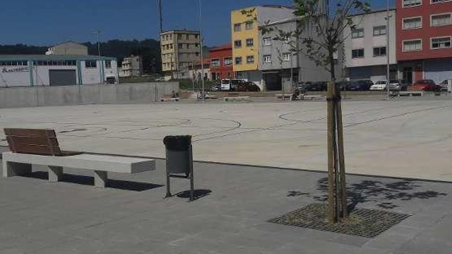Abierta una nueva plaza que servirá de pista deportiva en Meicende