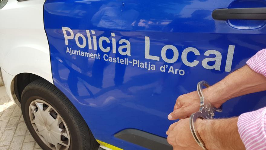 Alerten la Policia de Platja d'Aro per un home que causa inseguretat davant la biblioteca i l'arresten per un requeriment policial