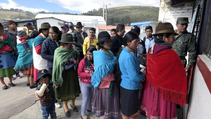 Cierran las urnas de la consulta en Ecuador con una participación del 74,8%