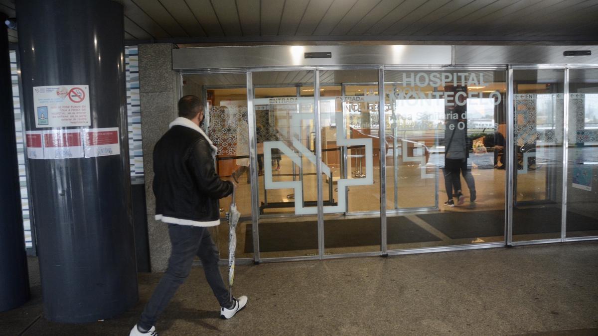 Un usuario se dirige a la entrada del Hospital Montecelo.