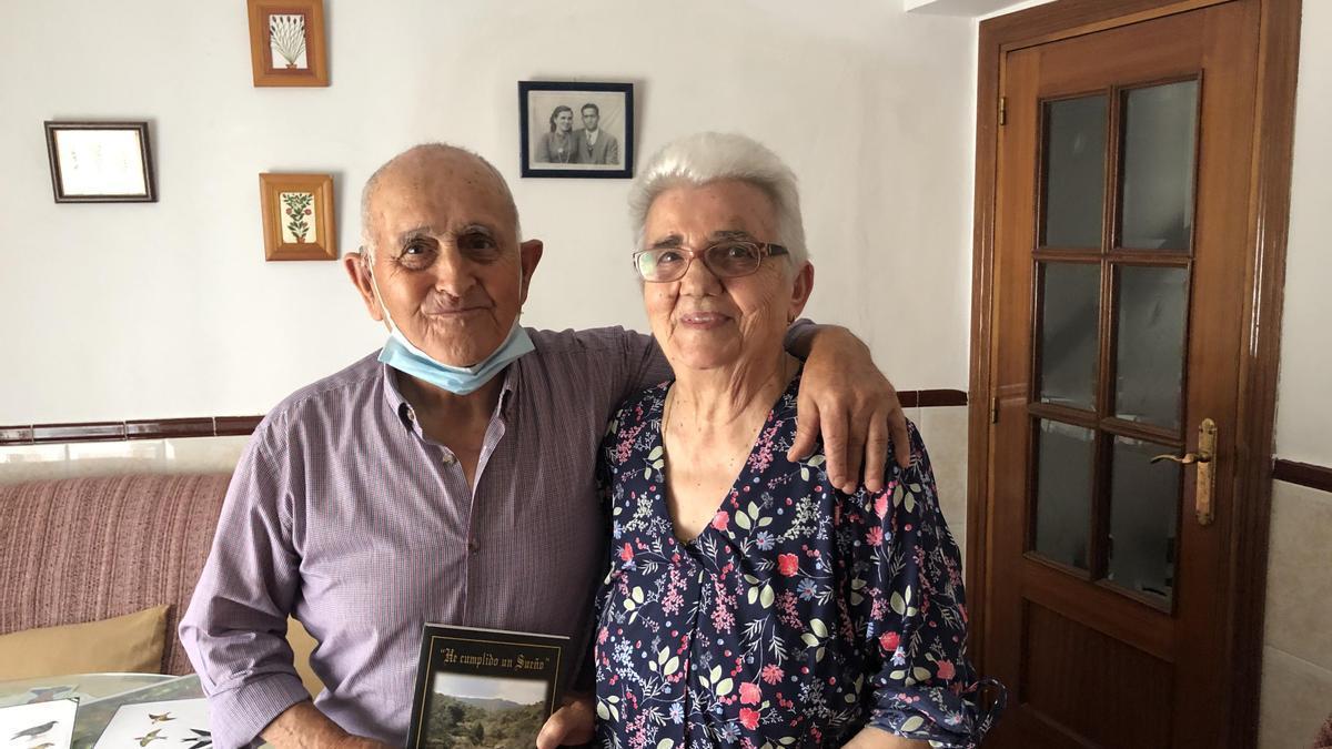 Benito Fernández junto a Antonia Ocampo en su casa de Carrascalejo.