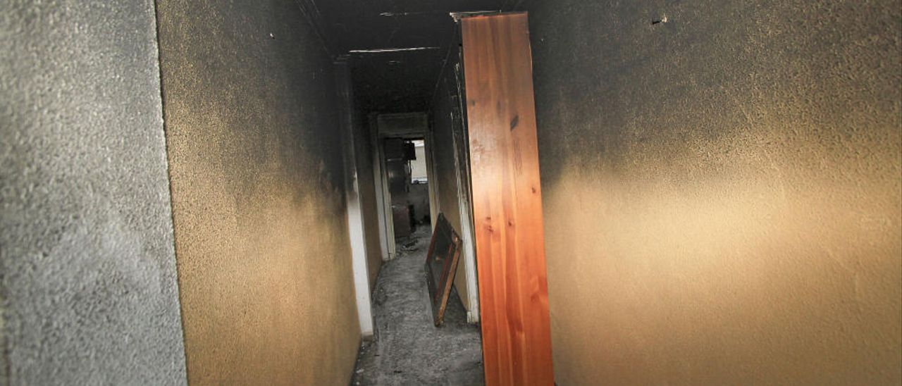 Un hombre incendia un piso y cinco contenedores en una noche en Gandia