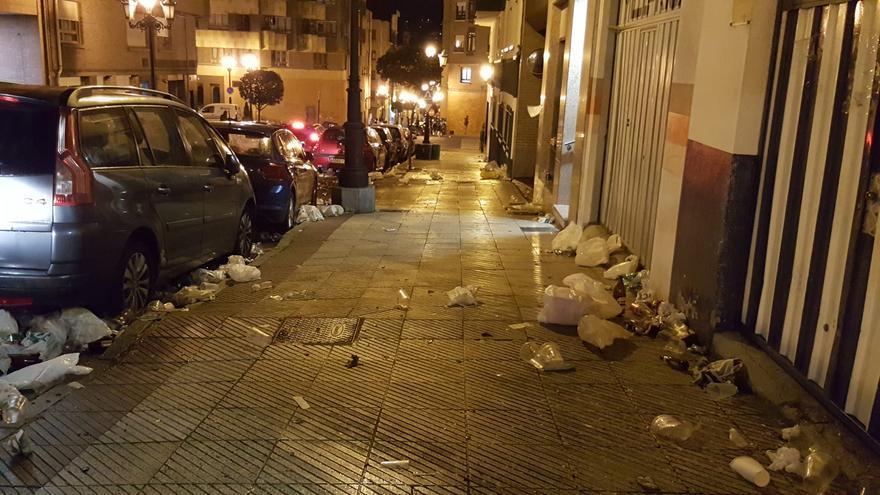Así quedó la calle Facetos de Oviedo tras la previa del derbi