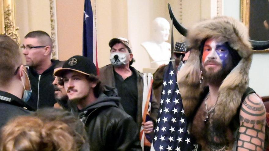 Detenidos el trumpista disfrazado de bisonte y el que robó el atril de Pelosi en el Capitolio