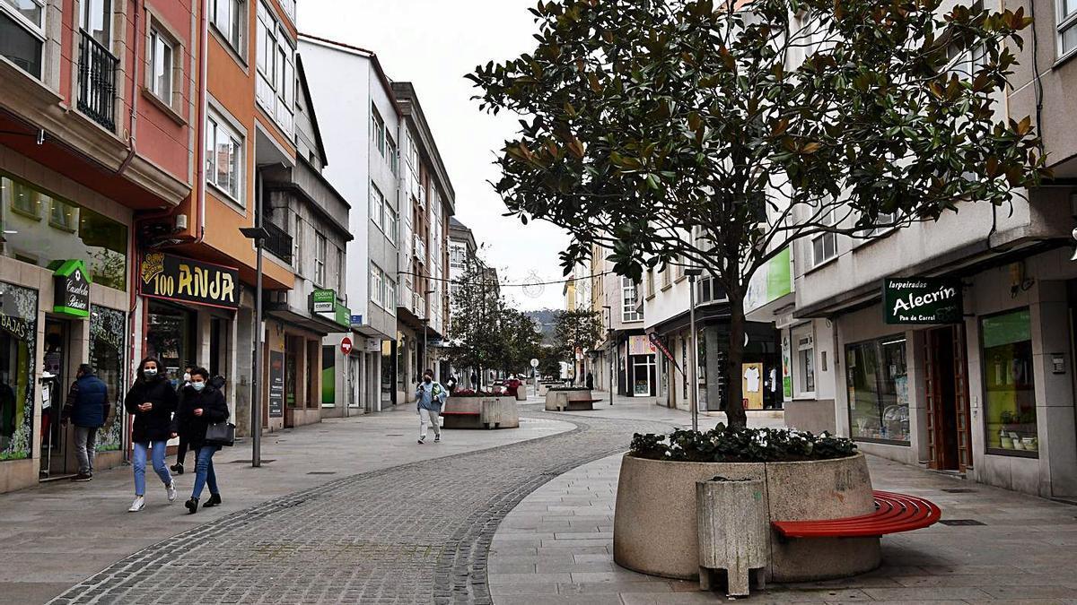 Una calle prácticamente vacía, ayer, en el centro de Arteixo. |  // CARLOS PARDELLAS