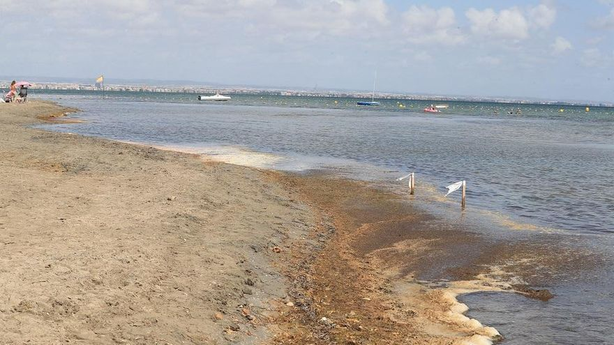 """Salud Pública certifica la """"buena calidad"""" del agua en la playa de Los Urrutias"""