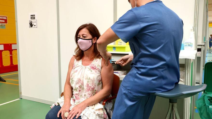 Francina Armengol vacunada con la primera dosis de Pfizer