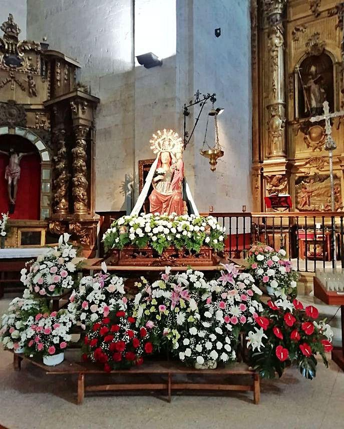 La Virgen de la Antigua adornada con flores.   A. Z.