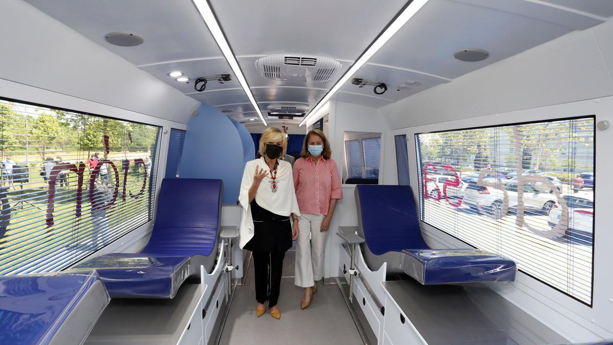 La consejera de Sanidad, Verónica Casado, y la directora técnico gerente del Centro de Hemoterapia y Hemodonación, Lydia Blanco, presentan las nuevas unidades de donación móvil del Centro de Hemoterapia y Hemodonación de Castilla y León.