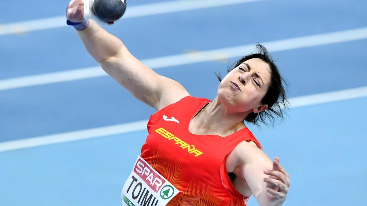 Ana Belén Toimil ejecuta un lanzamiento.