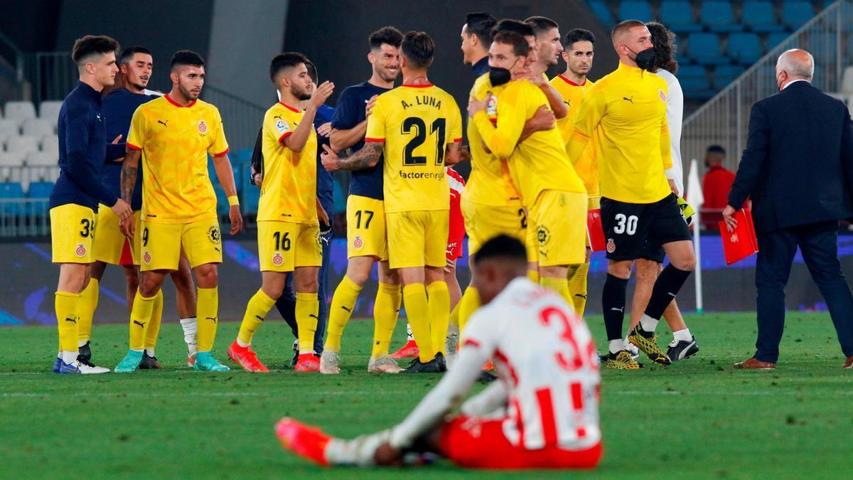 Los jugadores del Girona celebran su pase ante el Almería.
