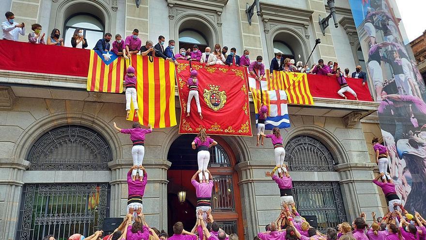 Els Moixiganguers d'Igualada alcen pilars a la plaça en un retorn emotiu