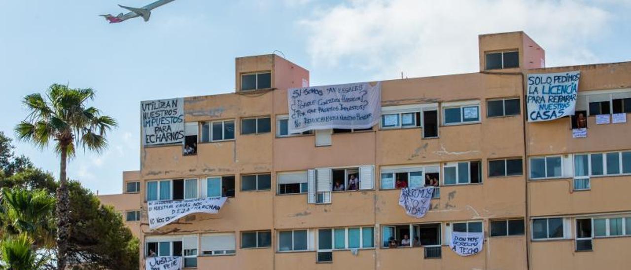 Las pancartas de protesta de los propietarios cuelgan de los apartamentos Don Pepe. | V. MARÍ