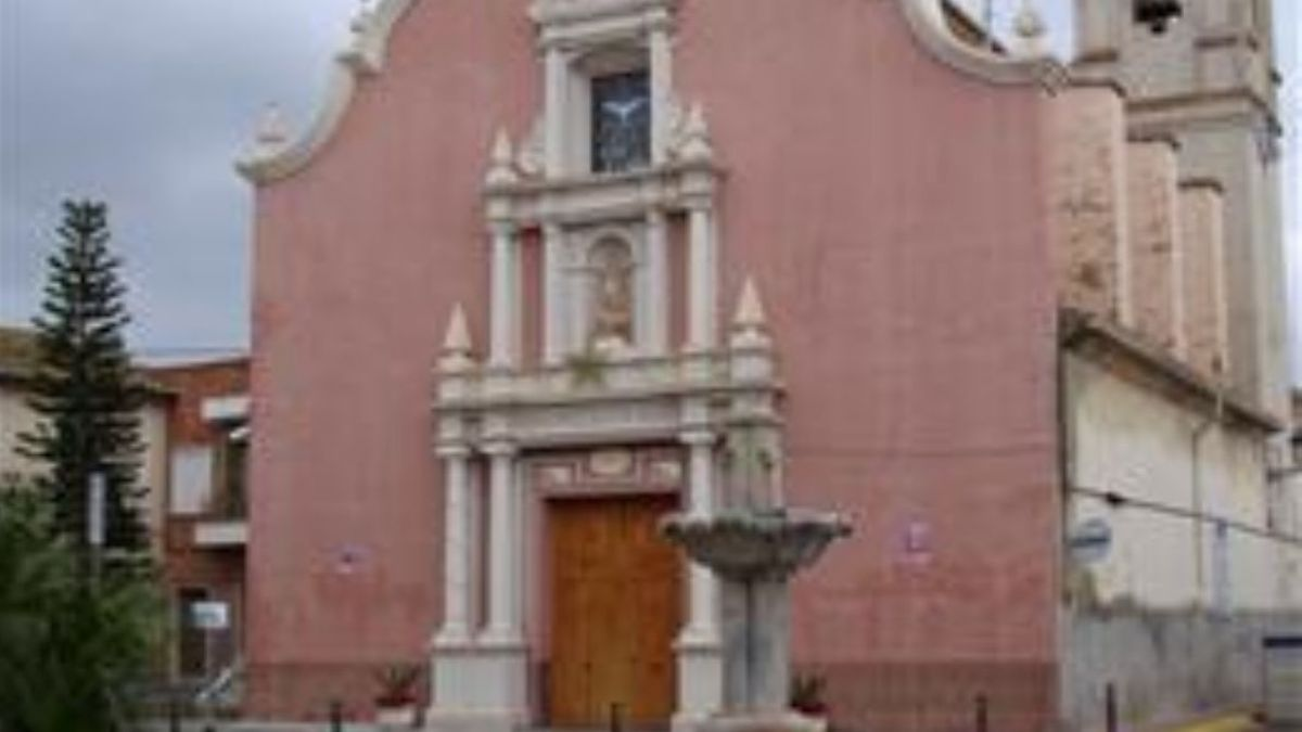 Fachada de la iglesia de Llaurí, una de los templos en los que actuó el detenido.