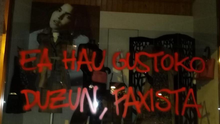 Atacan la tienda de la madre de Abascal en Álava