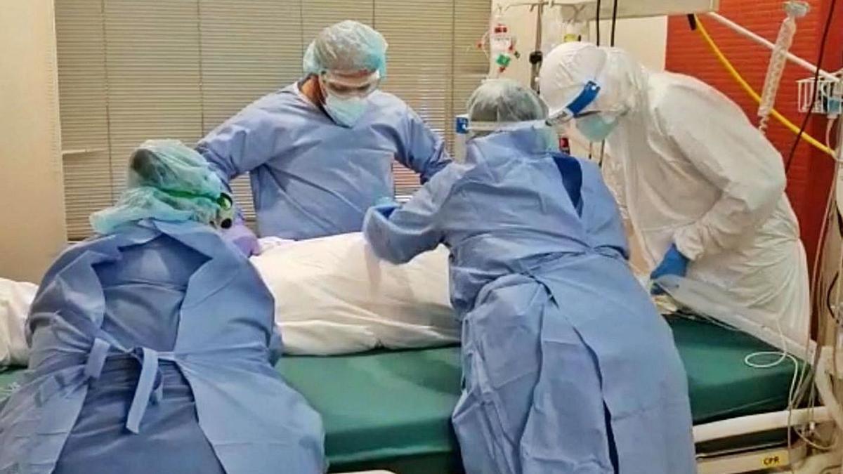 Sanitarios con un enfermo de COVID ingresado en la UCI, durante el confinamiento.   Cedida