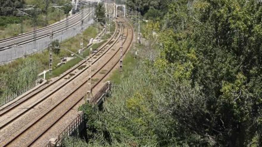 Carcaixent pacta con el conseller España un enlace a la autovía paralelo a las vías