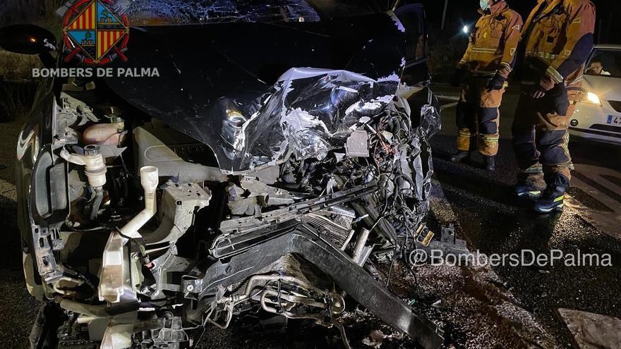 Dos heridos graves en un brutal choque frontal entre dos coches en la carretera vieja de Sineu