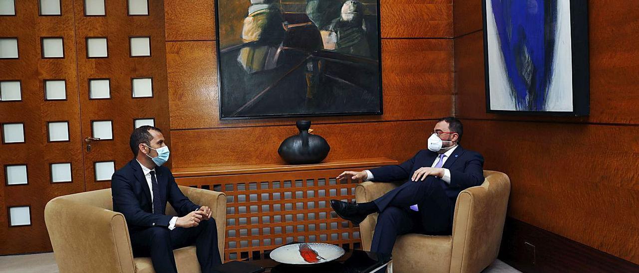 El alcalde de Cangas de Onís (a la izquierda) y el presidente del Principado, en la reunión de ayer en Oviedo.