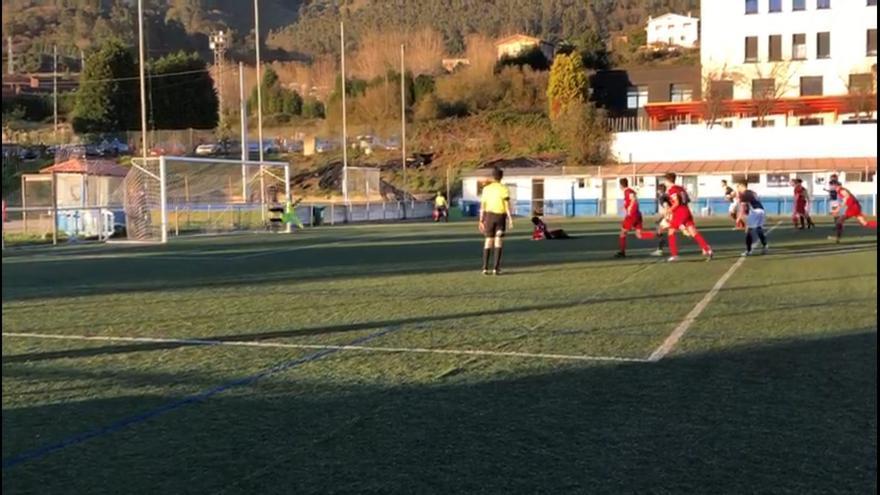 El insólito lanzamiento de un penalti en el campo del Vallobín que acabó con un tapete levantado
