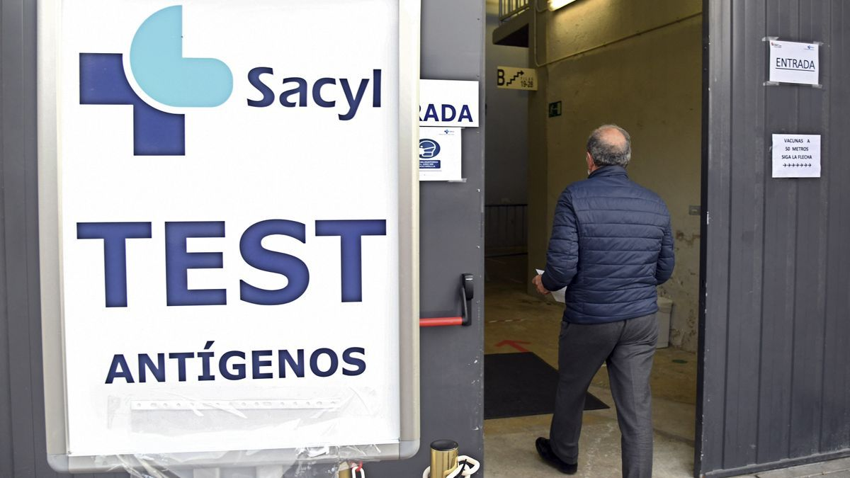 Un hombre se dirige a hacerse una prueba PCR durante un cribado masivo en Burgos.