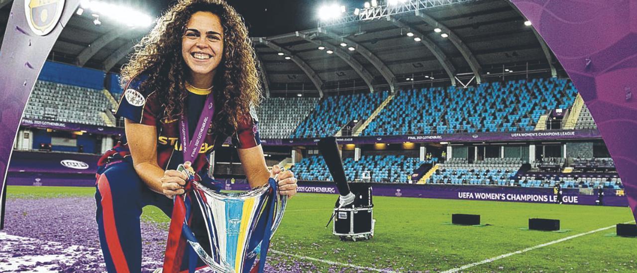Andrea Sánchez Falcón, sobre el césped de Gotemburgo, con el trofeo y la bandera de Canarias.     GERMÁN PARGA/FC BARCELONA