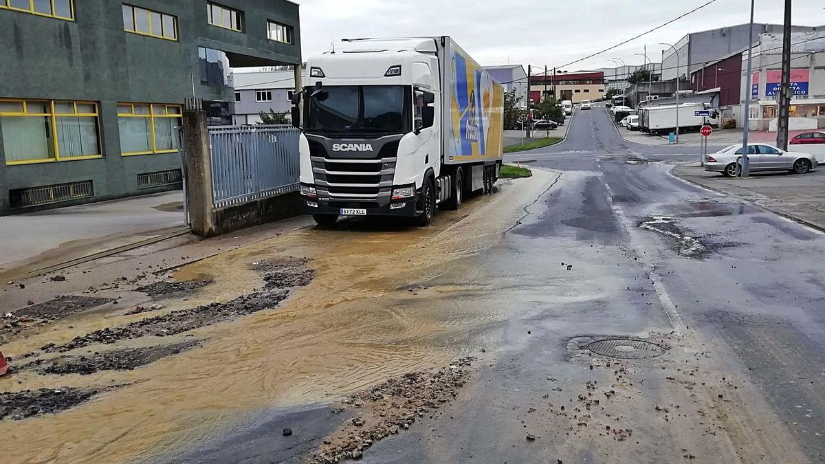 Inundación causada por una rotura de la red en el polígono de Bergondo.  | // LA OPINIÓN