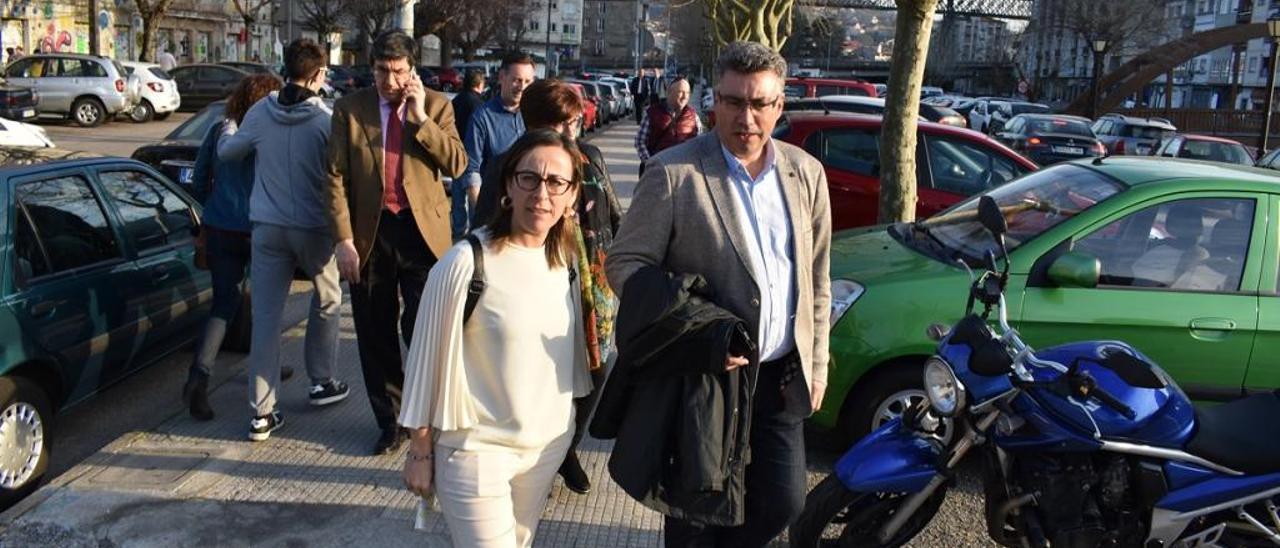 La conselleira Ethel Vázquez y el exalcalde, Javier Bas, el pasado febrero cuando presentaron el proyecto de reforma de la Avenida de Mendiño. / FdV
