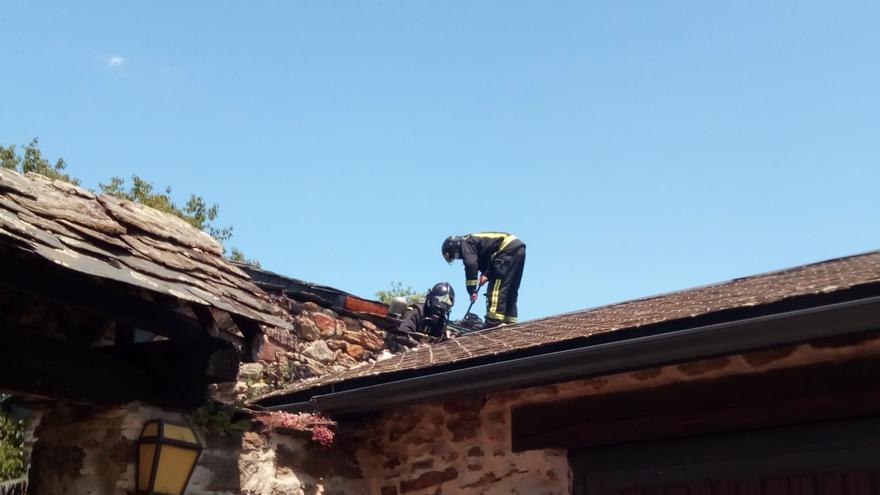 Los bomberos sofocan un incendio en una casa de Otero de Sanabria