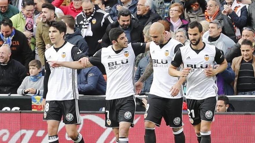 El Valencia arrolla al Alavés y se coloca tercero en la tabla