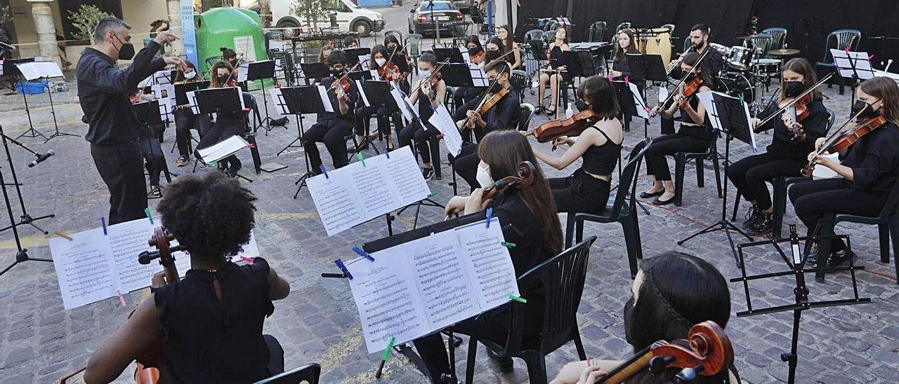 La covid lleva el conservatorio a la Plaza Mayor | DANIEL TORTAJADA